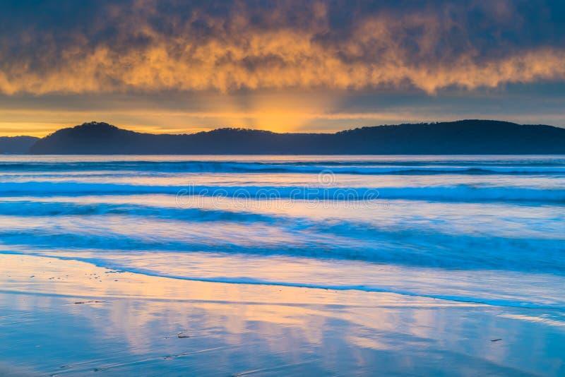 Cloud Covered Sunrise Seascape met Sun Rays stock foto's