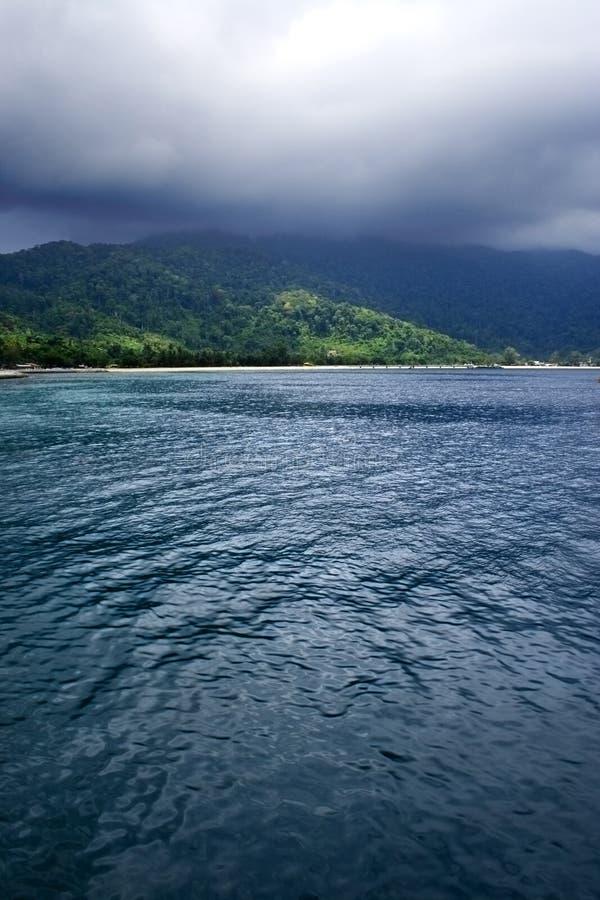Download Cloud wyspę. obraz stock. Obraz złożonej z morze, natura - 5850949