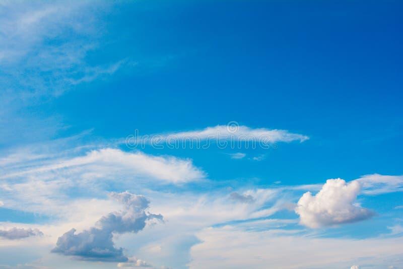 Cloudcloud & atmosfera del cielo blu, colore blu, tempo immagini stock