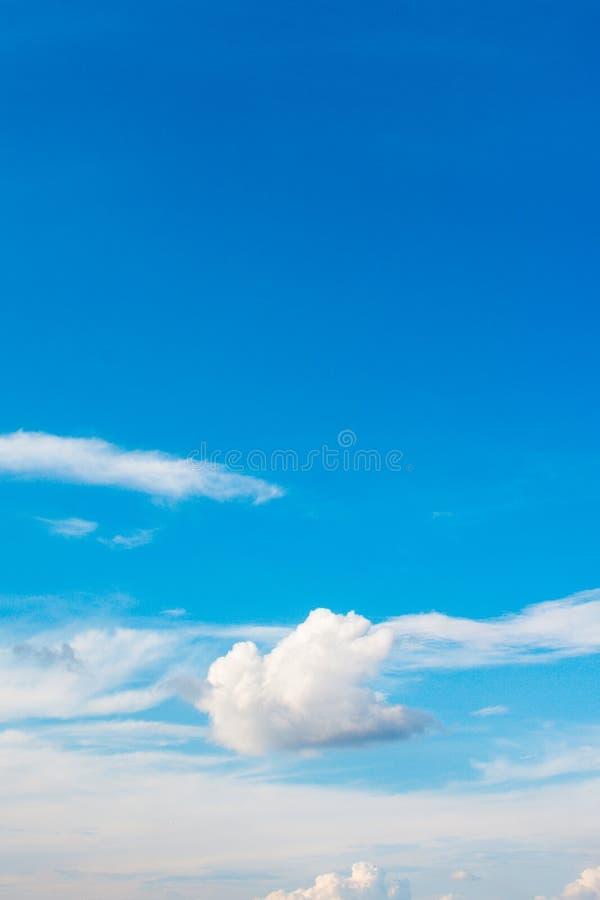 Cloudcloud & atmosfera del cielo blu, colore blu, tempo immagine stock