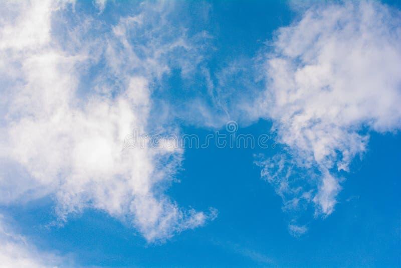 Cloudcloud & atmosfera del cielo blu, colore blu, tempo fotografia stock
