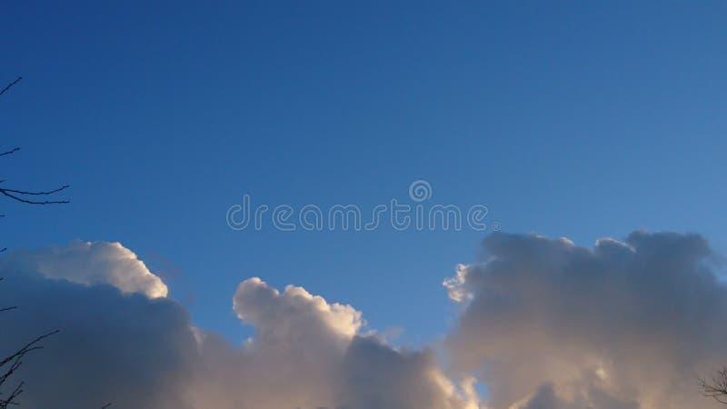 cloudly небеса стоковое изображение rf