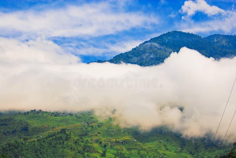 clouds berg som gör mörkare fotografering för bildbyråer
