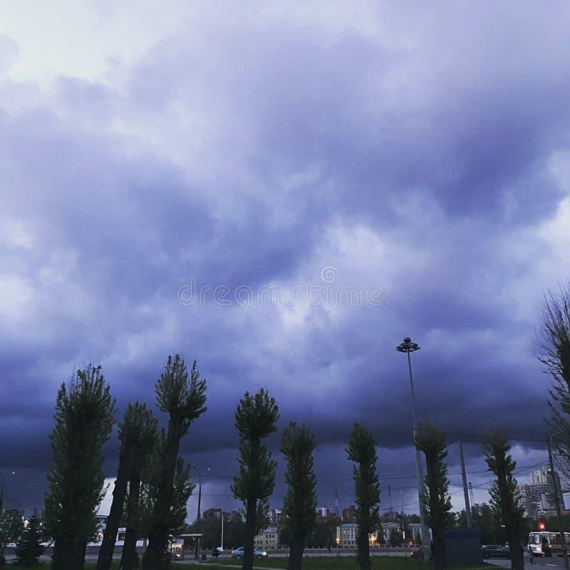 clouds dark arkivfoto