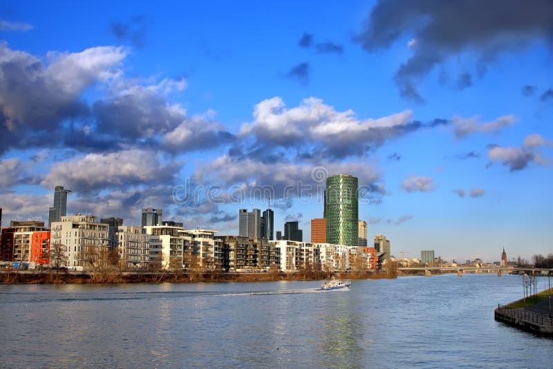 clouds den frankfurt strömförsörjningen över royaltyfri bild
