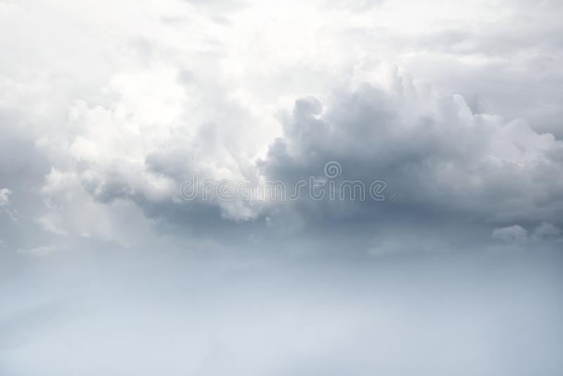 clouds den gråa stormen arkivfoto