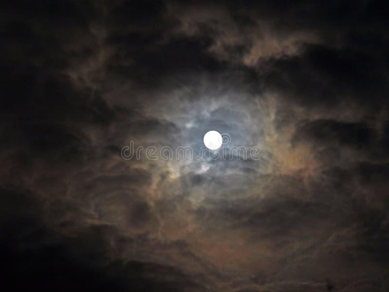 clouds den kusliga fullmånen arkivfoto