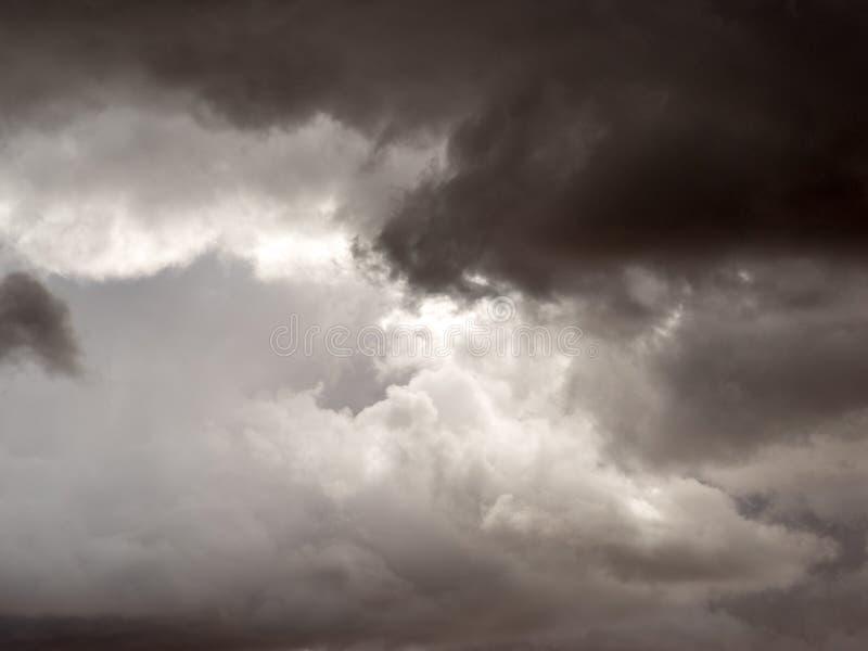 clouds den mörka dramatiska stormen arkivbilder