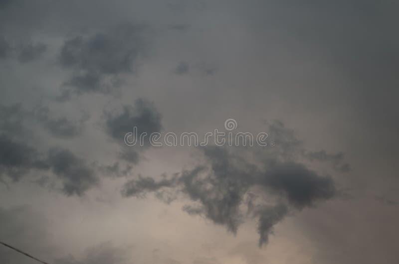 clouds den m?rka dramatiska stormen Himlen en bakgrund Komma f?r storm` s royaltyfri foto