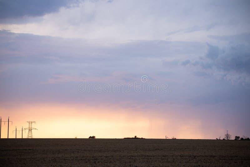 clouds dramatisk skysolnedg?ng landscapes lantligt royaltyfri foto