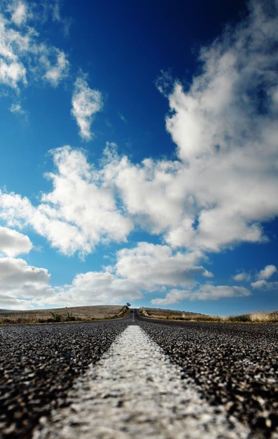 clouds huvudvägen till royaltyfria foton