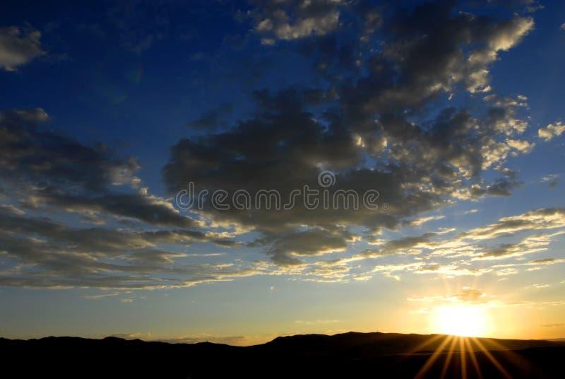 clouds inställningssunen arkivfoto