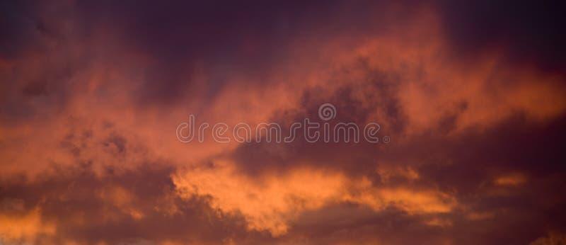 clouds intensiv solnedgång arkivbilder