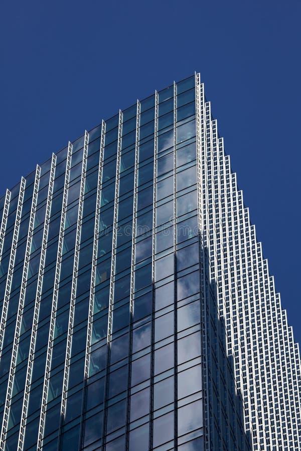 clouds reflekterande skyskrapafönster royaltyfri foto