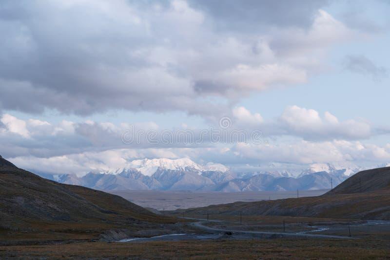 clouds solnedgång PlatåKara-Say 3 öppen idrotts- mästerskap 2013 för 800 m kyrgyzstan royaltyfri foto