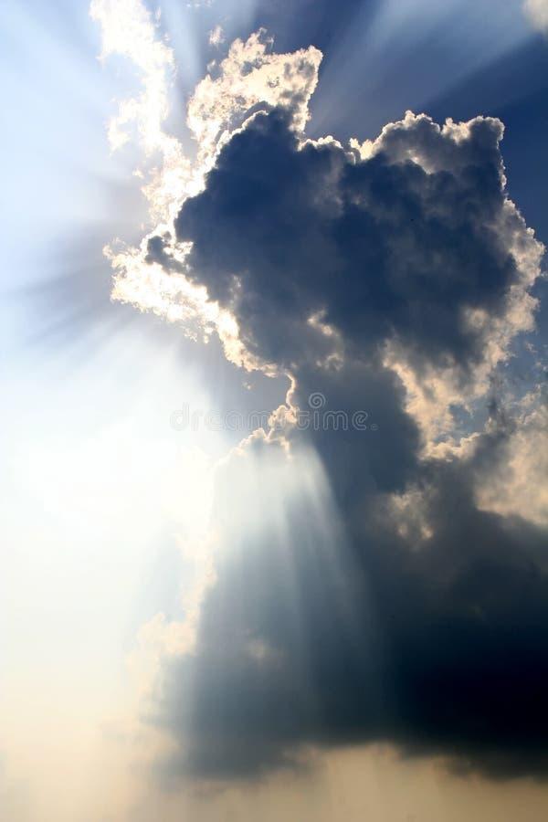 clouds sunrays arkivfoton