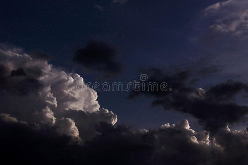 clouds tungt royaltyfri foto