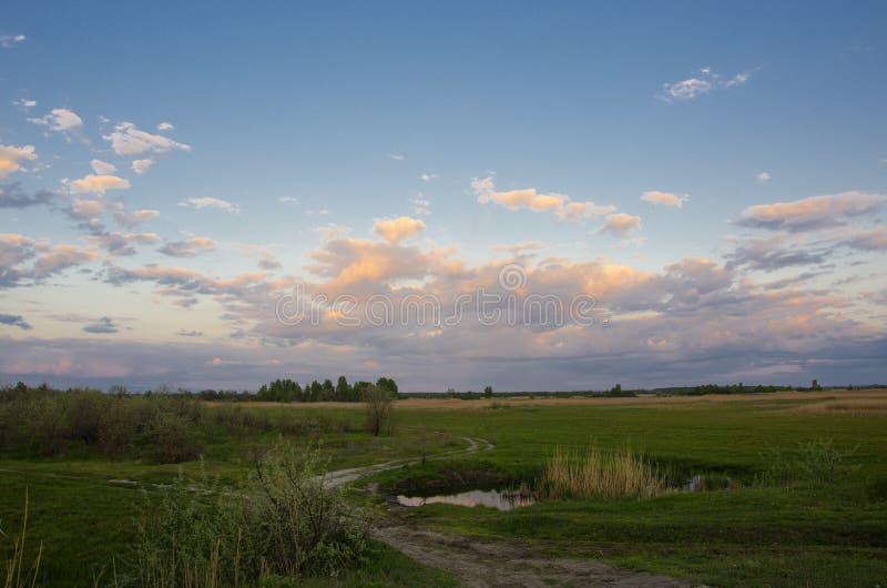 clouds vägen till arkivfoton