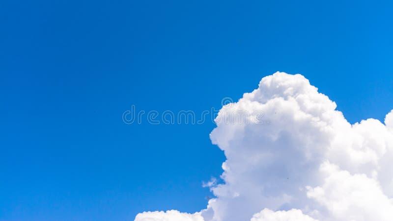 Cloudscape在春天 免版税库存照片