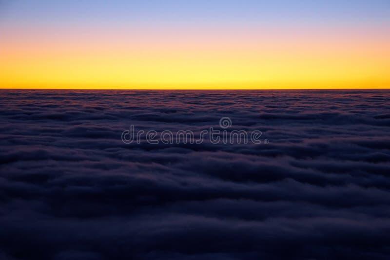 cloudscape夜间山景 免版税库存照片