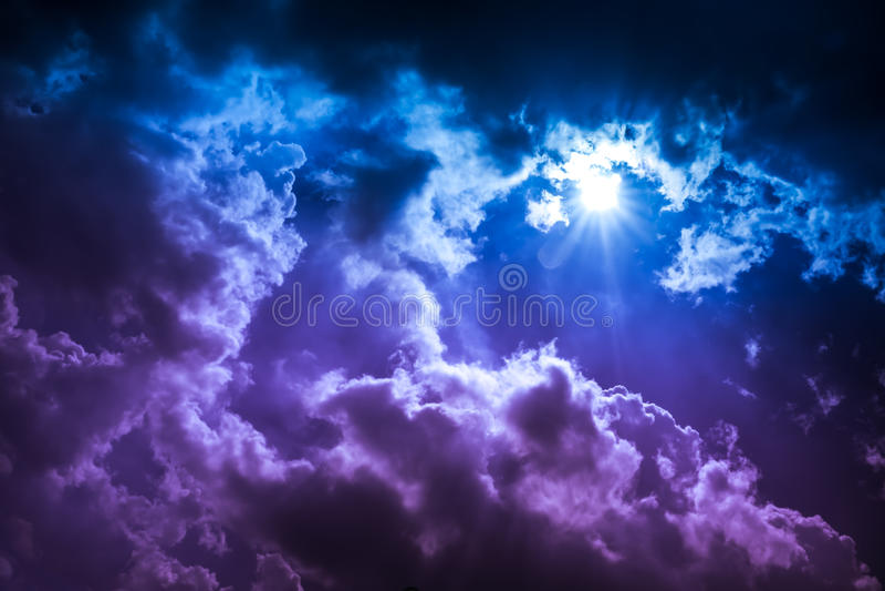 cloudscape背景风景  与光束的五颜六色的天空 库存图片