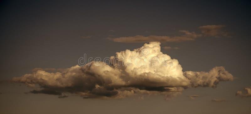 Cloudscape,天气,气候自然环境与云彩的生态天空在蓝色背景 免版税库存照片