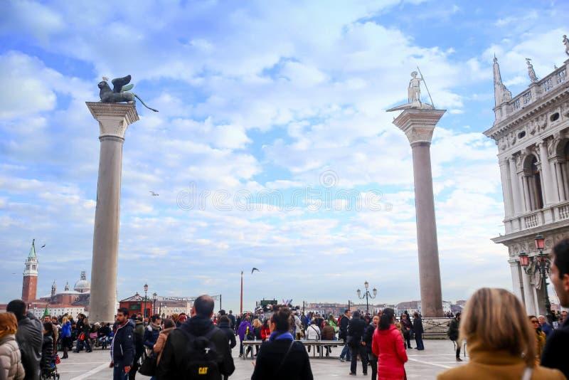 Cloudscape över kolonner av San Marco och San Todaro arkivbilder