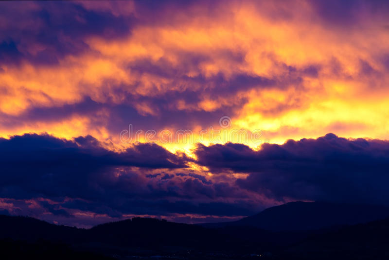 cloudscape δραματικοί λόφοι πέρα από στοκ εικόνα
