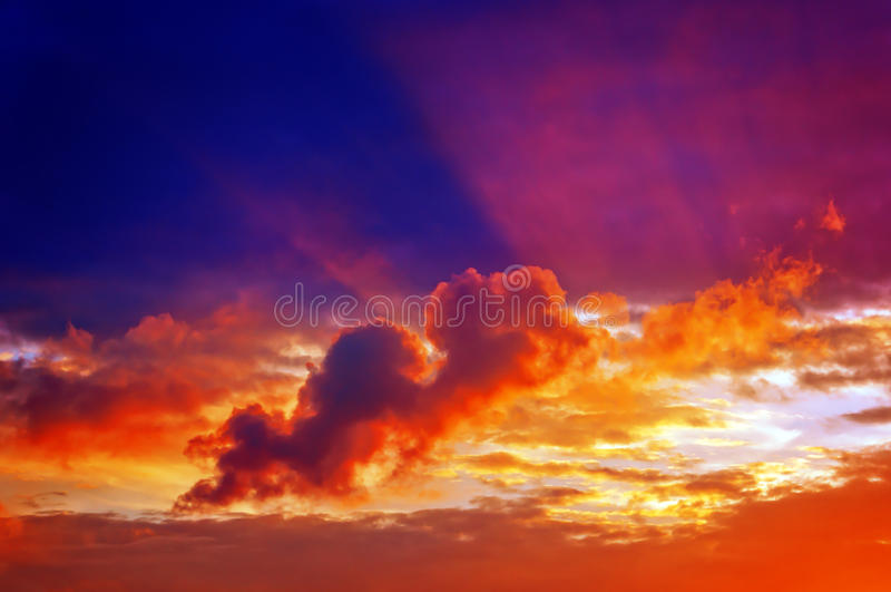 Cloudscape στο ηλιοβασίλεμα με τις ακτίνες ήλιων στοκ φωτογραφία με δικαίωμα ελεύθερης χρήσης