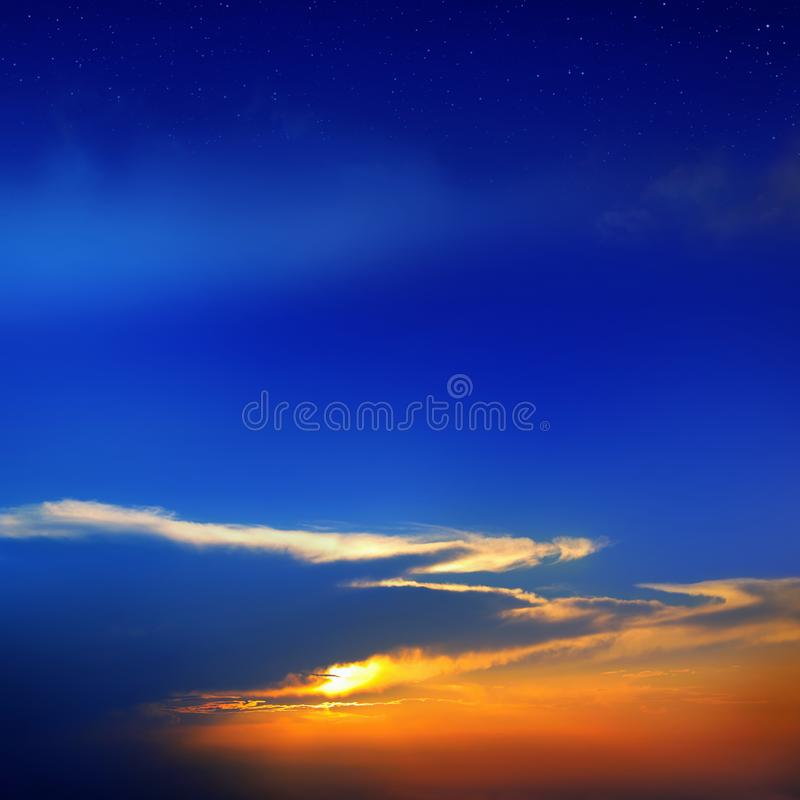 Cloudscape του ζωηρόχρωμου ουρανού ηλιοβασιλέματος με το λάμποντας ήλιο και τα αστέρια στοκ φωτογραφίες με δικαίωμα ελεύθερης χρήσης