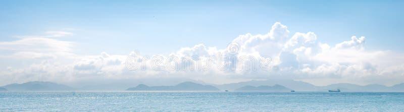 Cloudscape и океан в солнечном дне стоковое изображение rf