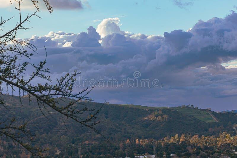 Cloudscape кумулюса, облаков nimbus над каньоном Griffith Park стоковое изображение rf