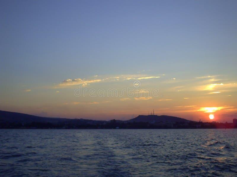 Cloudscape над морем на заходе солнца стоковое изображение rf