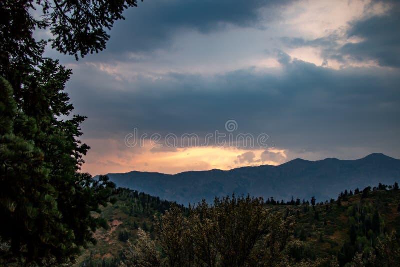 Cloudscape на заходе солнца в горах Юты стоковые фотографии rf