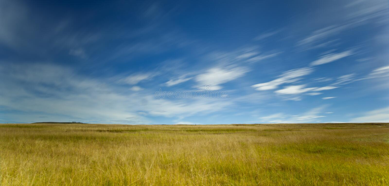 Cloudscape над зелеными полями стоковые фотографии rf