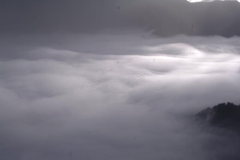 Cloudscape πέρα από τη σειρά βουνών στοκ φωτογραφία με δικαίωμα ελεύθερης χρήσης