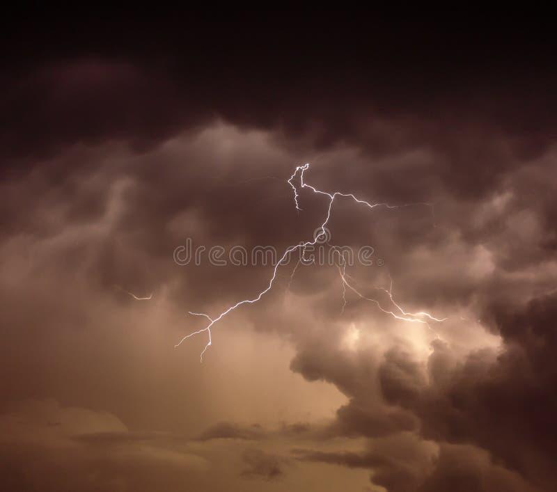 Cloudscape avec le boulon de tonnerre image libre de droits