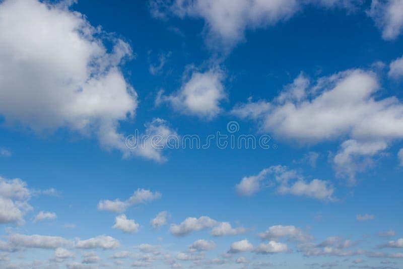 Cloudscape avec le ciel bleu photographie stock libre de droits