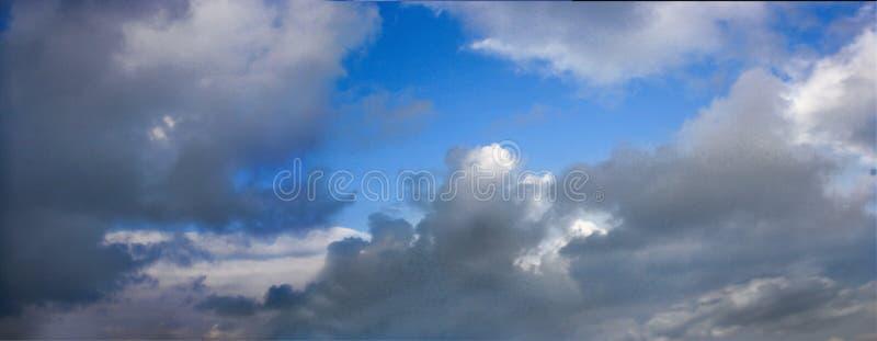 Cloudscape in blauw stock afbeeldingen
