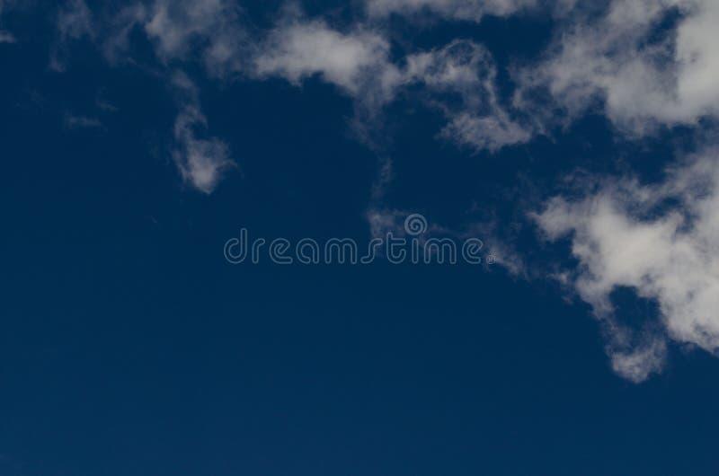 Cloudscape bleu lumineux Fond de ciel nuageux photos stock