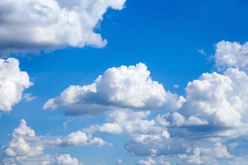 Cloudscape Cielo azul con las nubes blancas grandes fotografía de archivo libre de regalías