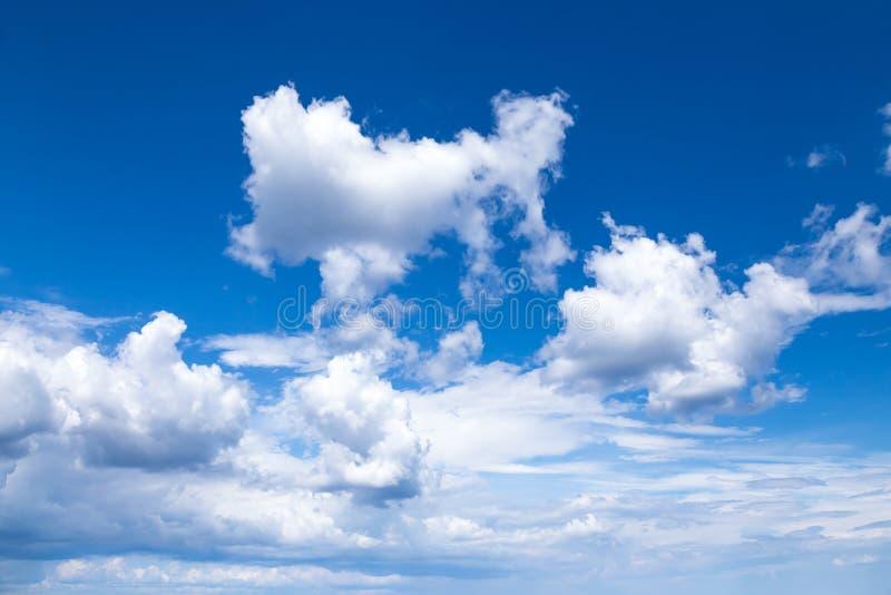 Cloudscape Cielo azul con las nubes blancas grandes imagen de archivo