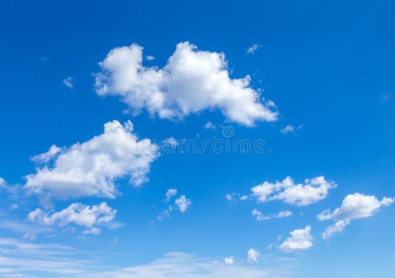 Cloudscape Cielo azul con las nubes blancas grandes foto de archivo libre de regalías