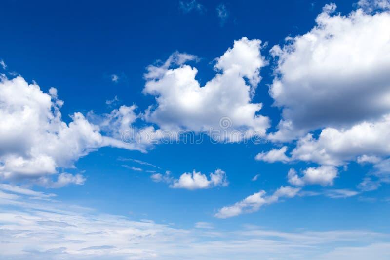 Cloudscape Cielo azul con las nubes blancas grandes foto de archivo