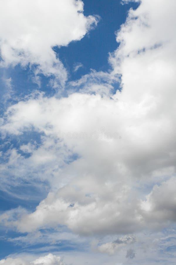 Cloudscape com céu azul após uma tempestade do verão fotos de stock