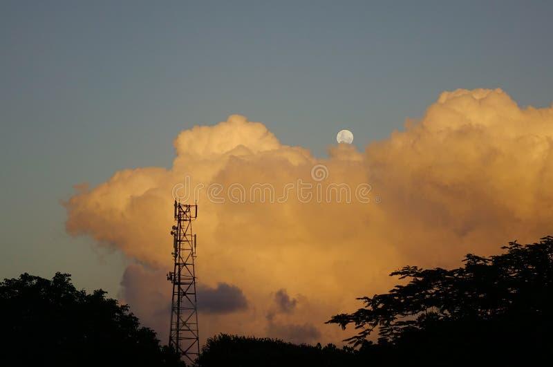 Cloudscape com a lua crescente no por do sol imagens de stock royalty free