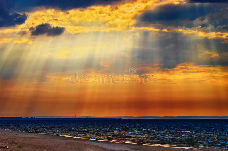 Cloudscape com raios crepusculares ou raios de sol sobre o mar Báltico foto de stock royalty free