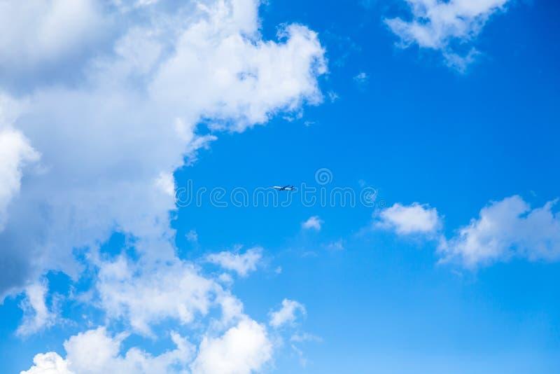 Cloudscape contra un cielo azul fotografía de archivo libre de regalías