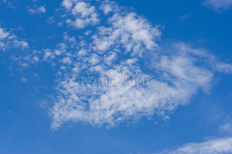 Cloudscape, das eine Form bulding ist stockfoto