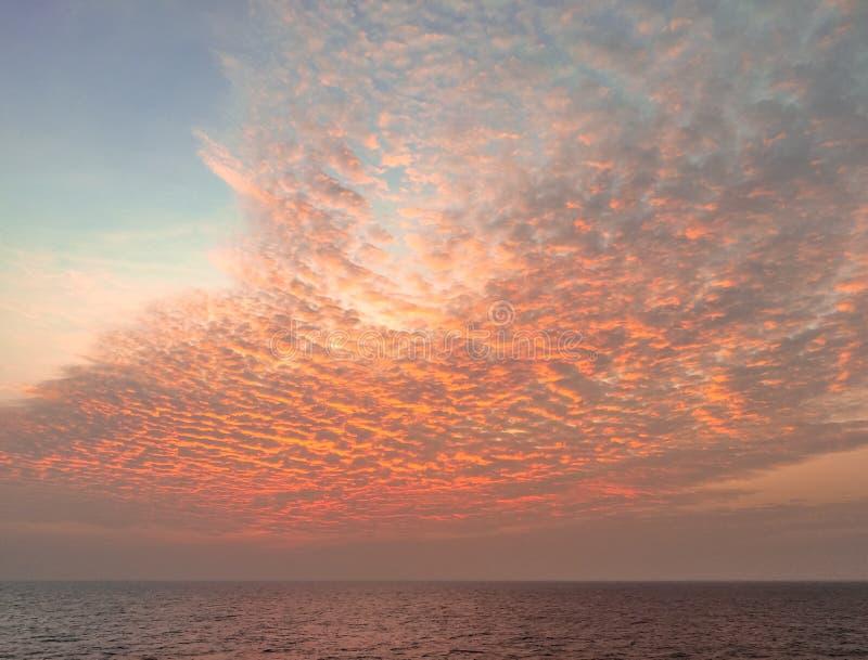 Cloudscape de soirée rougeoyant après coucher du soleil de tempête images libres de droits